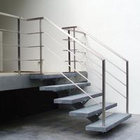 RVS hekwerk op natuurstenen trap